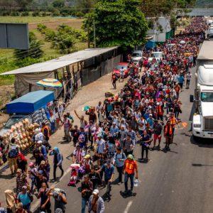 Les femmes et les enfants de la «caravane» d'Amérique centrale entrent aux États-Unis, défiant Trump.