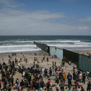 """""""Nous savons qu'ils mentent"""" : les caravanes de migrants campent à la frontière tandis que les USA clament un manque de capacité d'accueil"""