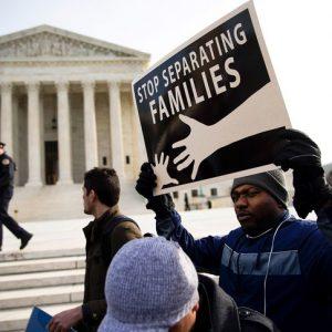 Des avocats sortent de l'audience pour protester contre le plan visant à séparer les familles de migrants.